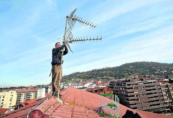 Antenista en tejado